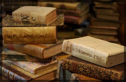 libri antichi accatastati